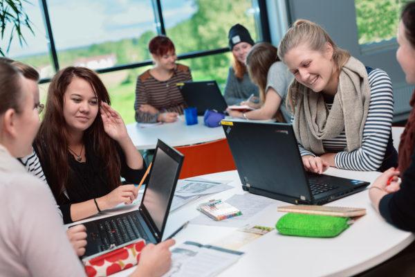 Opiskelijoita tietokoneiden ääressä.