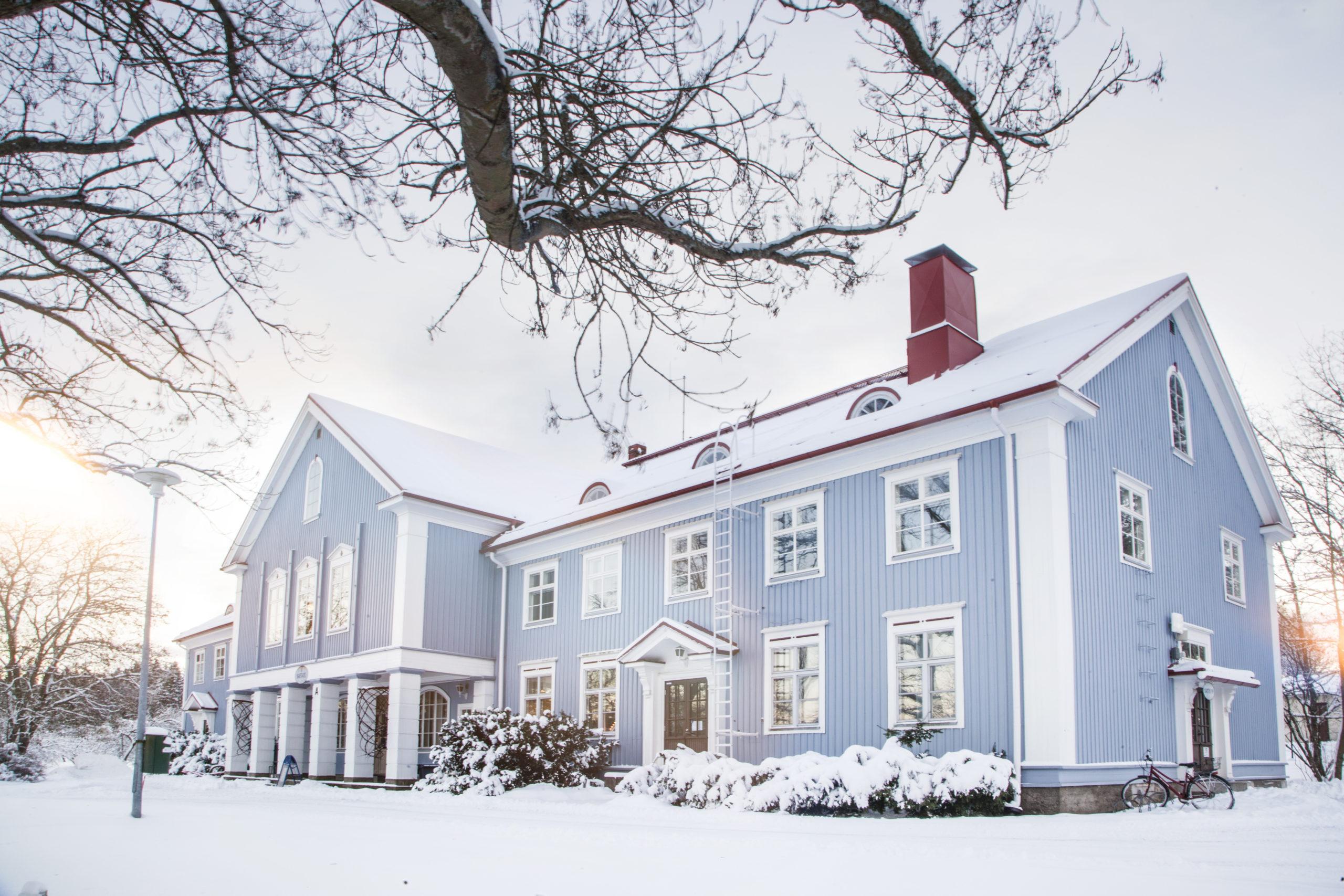 Sininen Kartanorakennus talvella.