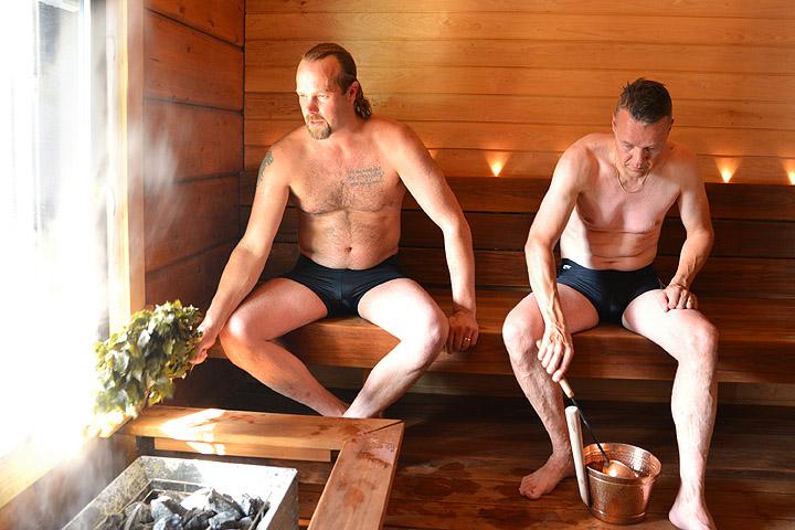 Kaksi miestä saunassa.