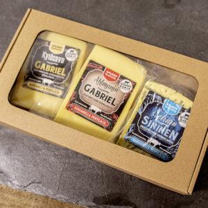 Juustopaketti, jossa kolme juustoa.