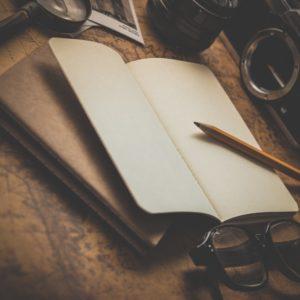 Kirja ja kynä pöydällä
